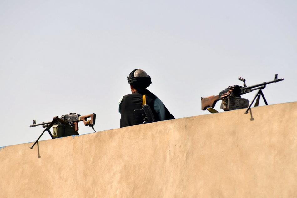 當地時間2021年9月1日,一名塔利班士兵在慶?,F場站崗。