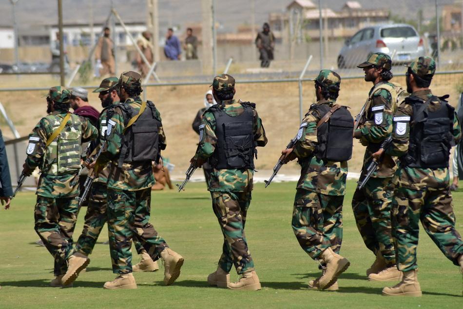 當地時間2021年9月1日,塔利班戰士慶典集會上巡邏。