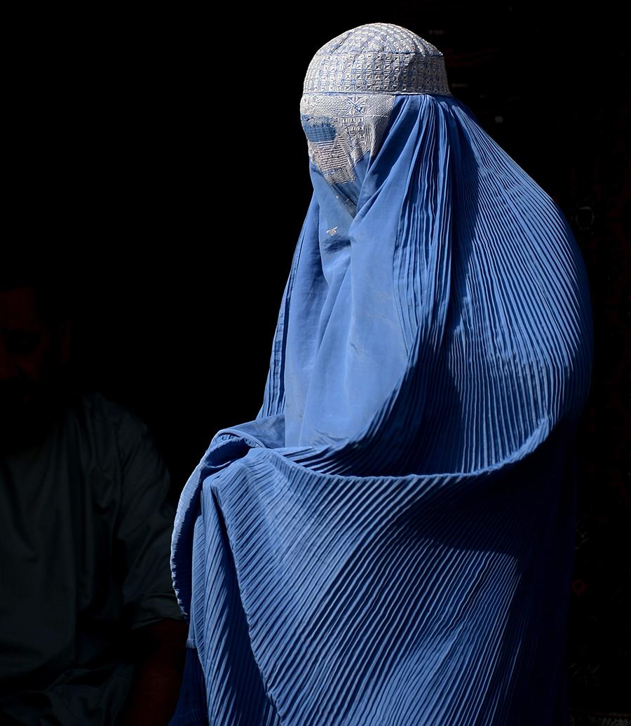 一名身穿罩袍的阿富汗婦女