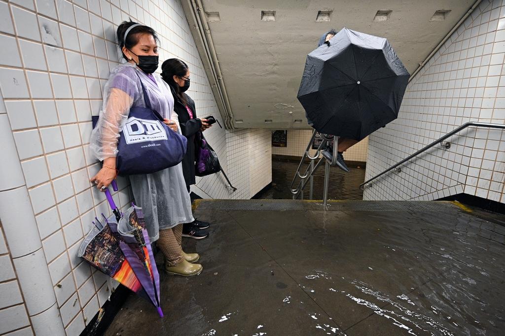 """當地時間2021年9月1日,美國紐約,受颶風""""艾達""""侵襲,紐約市突降暴雨,洪水涌入地鐵站。?"""