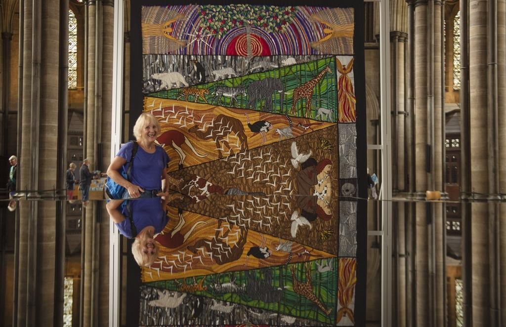 """當地時間2021年9月1日訊(具體拍攝時間不詳),12塊用八百萬針縫制而成的大型刺繡面板日前在英國索爾茲伯里大教堂展出,這些刺繡作品講述了""""創世""""故事。"""