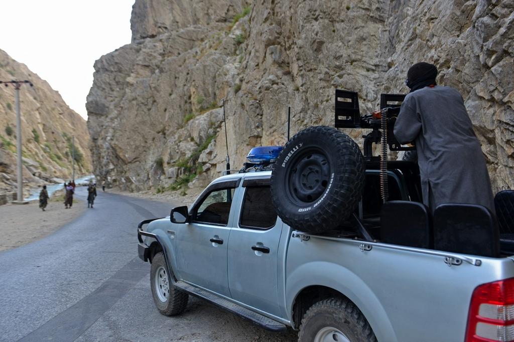 當地時間2021年8月29日,阿富汗潘杰希爾省,反塔利班武裝人員在潘杰希爾省拉伊塘的一條道路上巡邏。