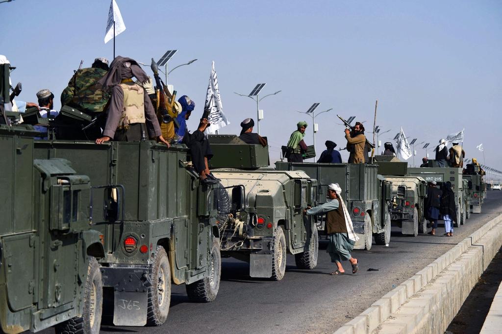 """當地時間2021年9月1日,阿富汗坎大哈,塔利班舉行""""閱兵"""",展示繳獲的美軍武器和車輛。"""