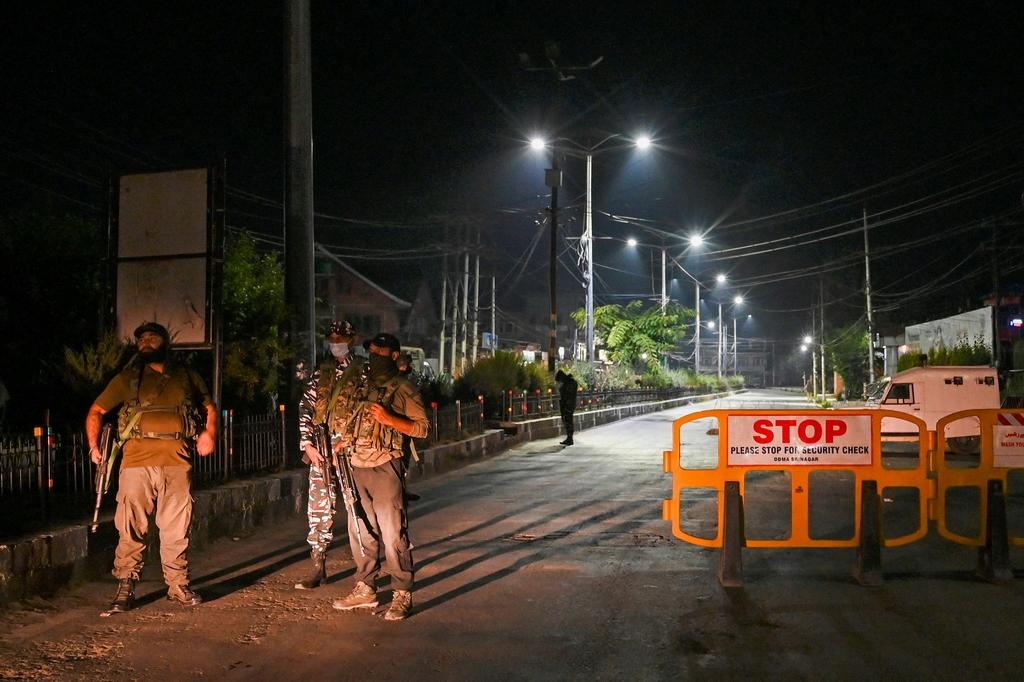 當地時間2021年9月1日,印控克什米爾首府斯利那加,印度警衛人員在吉拉尼家附近的道路上設置路障,加強警衛。