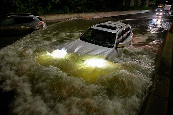 """当地时间2021年9月2日,美国纽约,受到飓风""""艾达""""的影响,纽约持续遭暴雨和洪水侵袭。人民视觉 图"""