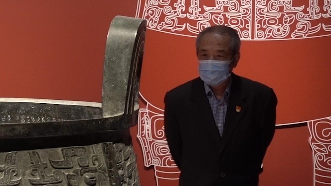上海博物館第二代青銅修復師黃仁生在大克鼎前