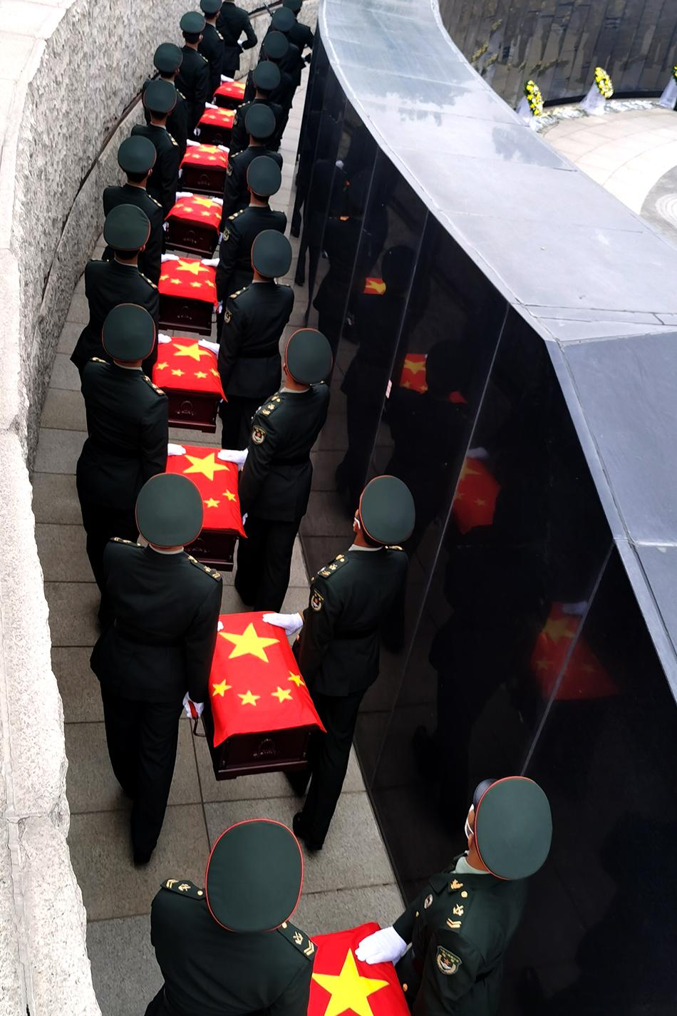 2021年9月3日,禮兵護送志愿軍烈士遺骸棺槨進入安葬地宮(手機照片)。