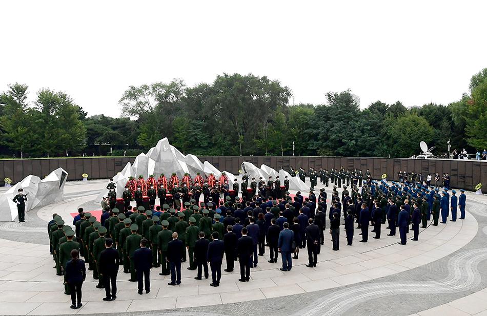 2021年9月3日,參加儀式的人們肅穆站立,緬懷英烈。