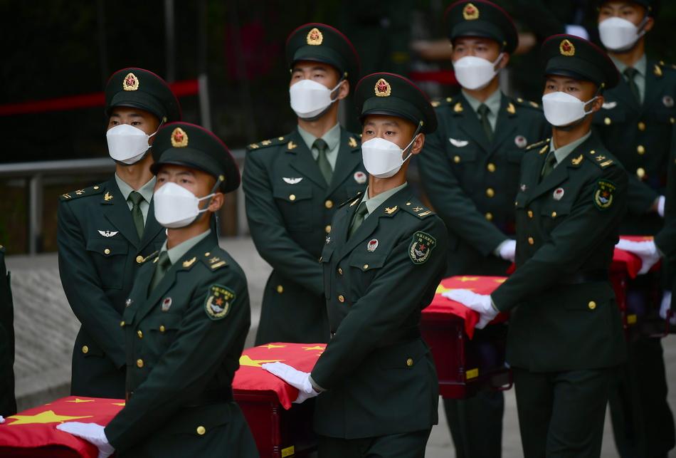 2021年9月3日,禮兵護送志愿軍烈士遺骸棺槨安葬。