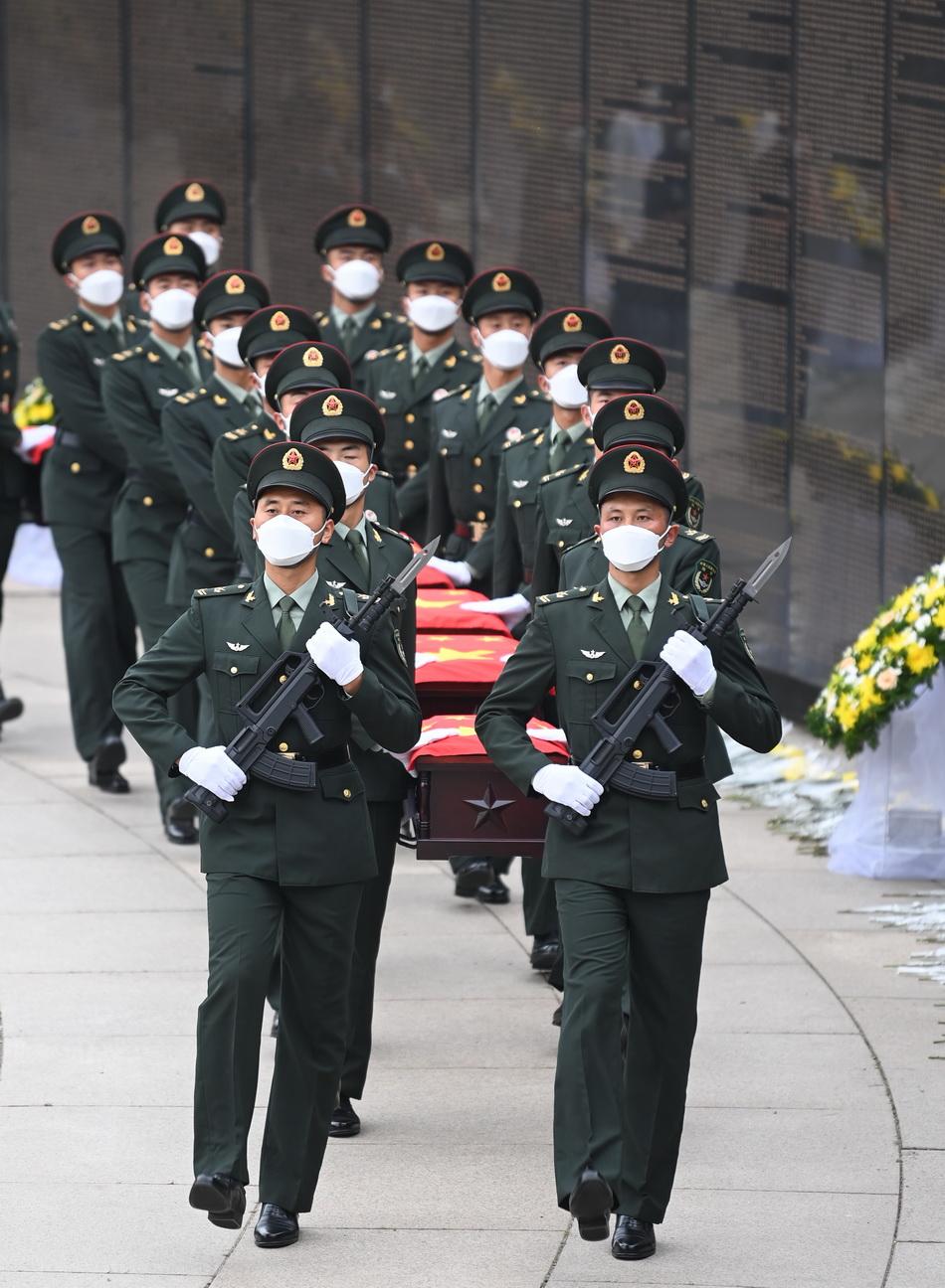 2021年9月3日,禮兵護送志愿軍烈士遺骸棺槨進入安葬地宮。