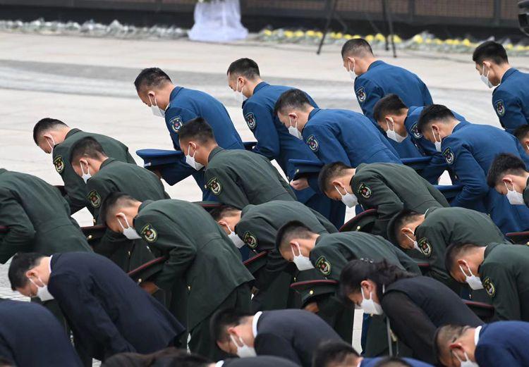 全體人員向志愿軍烈士三鞠躬。