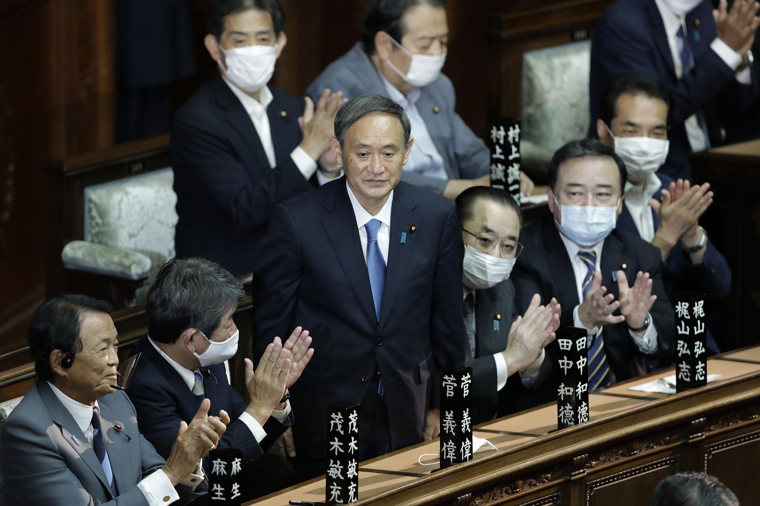 当地时间2020年9月16日下午,日本东京,日本召开临时国会进行首相指名选举,新任自民党总裁菅义伟(中)当选为日本第99任首相。