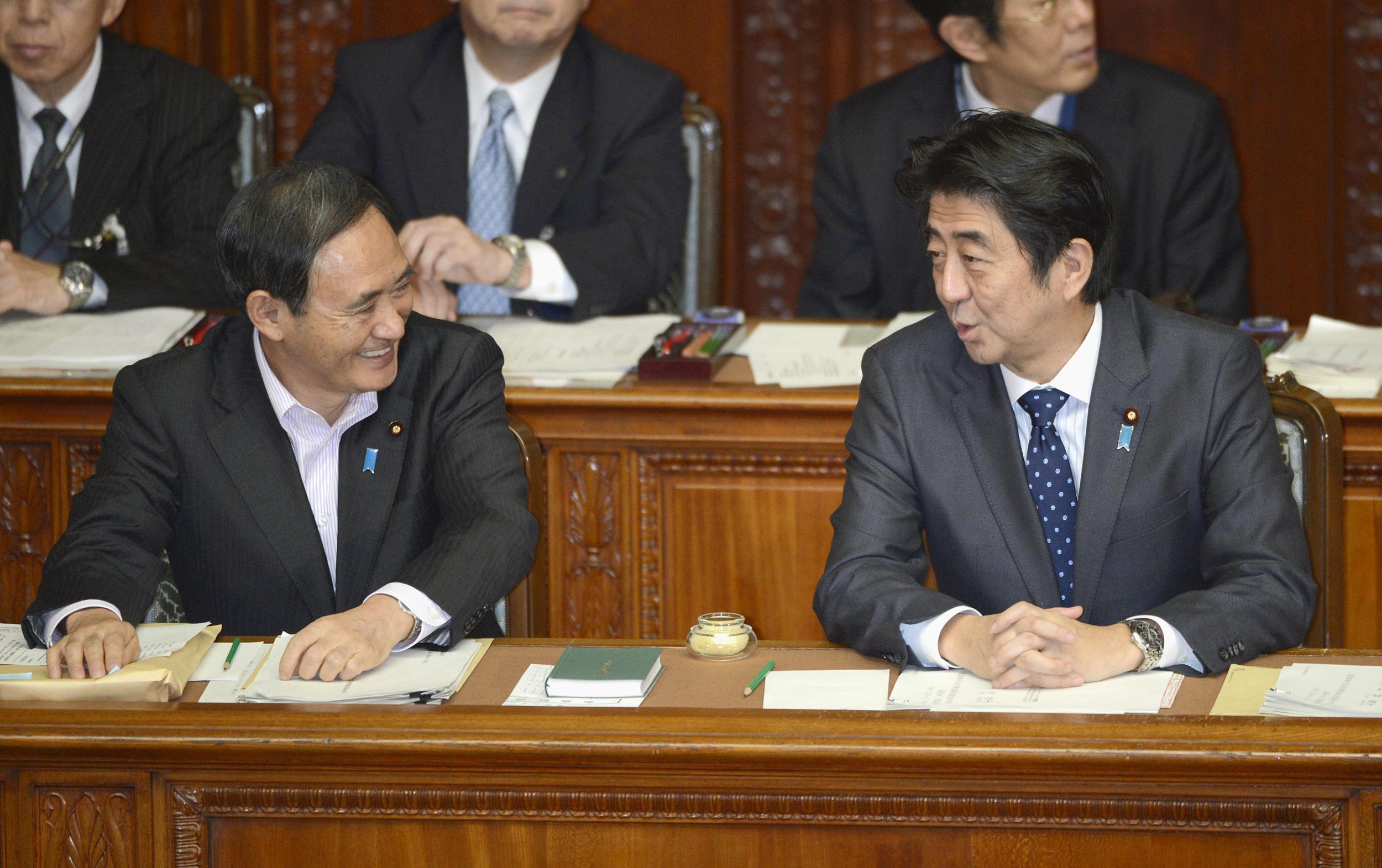 当地时间2013年11月,日本东京,日本内阁官房长官菅义伟(左)和日本首相安倍晋三。