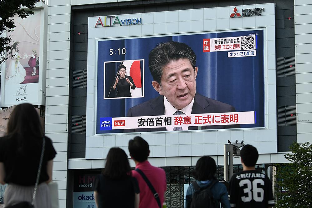 当地时间2020年8月28日,日本东京,安倍晋三宣布辞职消息,路人驻足观看。人民视觉 图