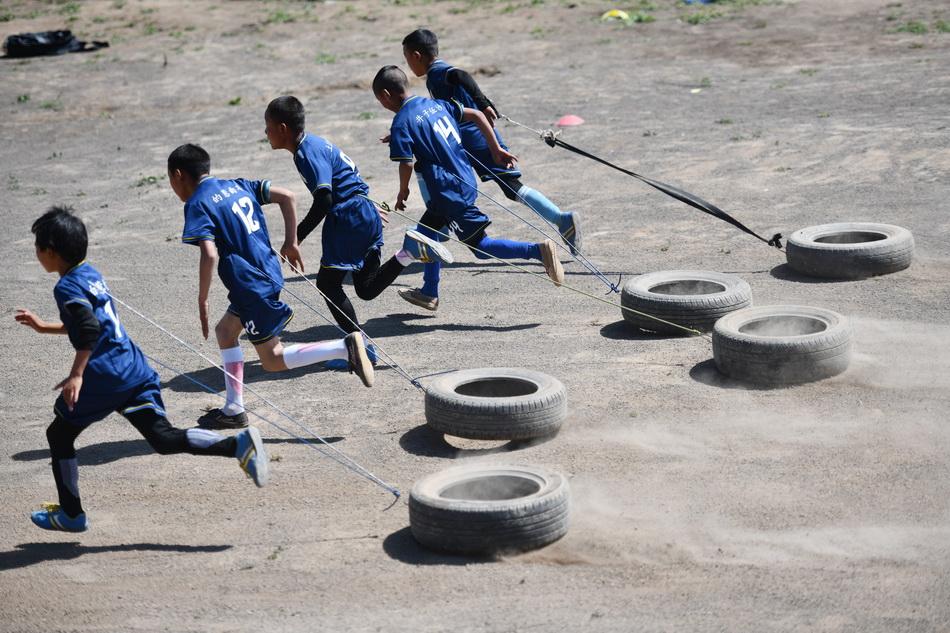 2021年9月2日,學生用廢舊輪胎進行負重訓練。
