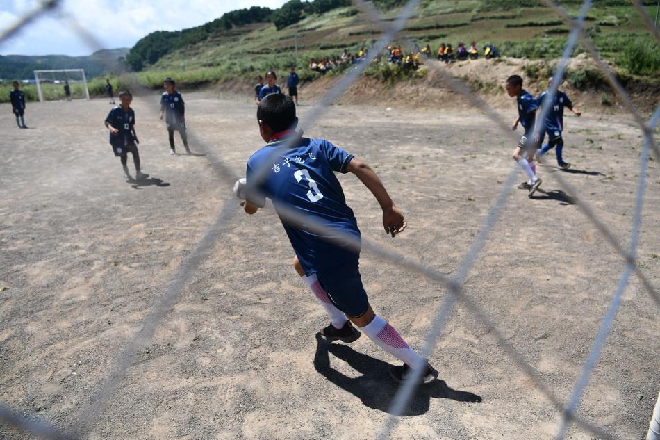 2021年9月2日,男孩們正在進行一場足球對抗賽。