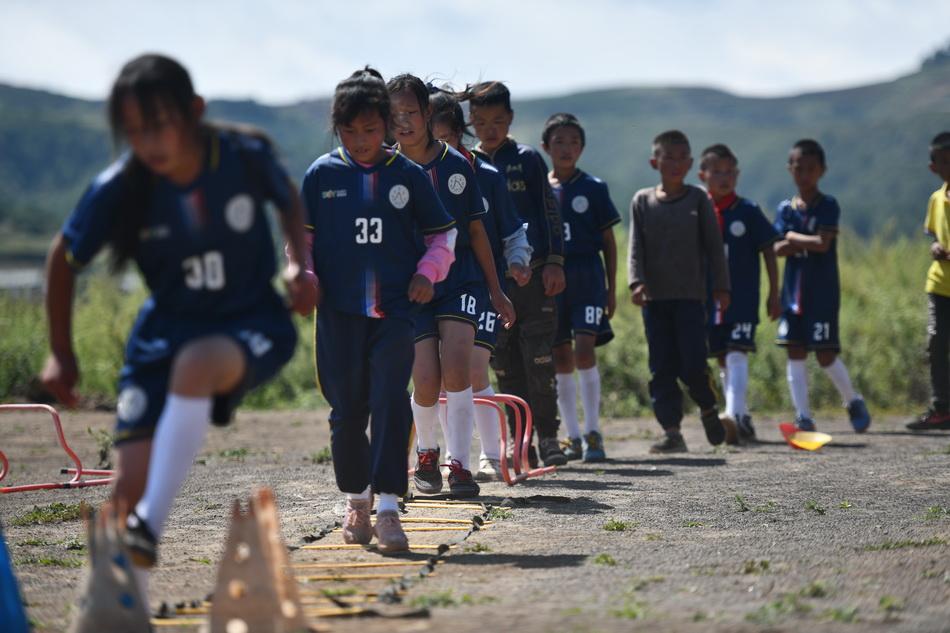 2021年9月2日,學生在足球課上進行繞樁訓練。