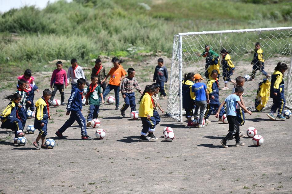 無論是男孩還是女孩,在泥土球場上揮汗如雨,即便是塵土飛揚,他們依舊竭盡全力對待每一次進攻和防守。