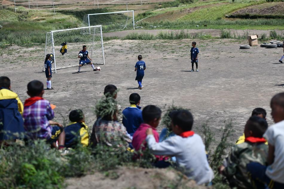 2021年9月2日,孩子們圍在觀看足球賽。