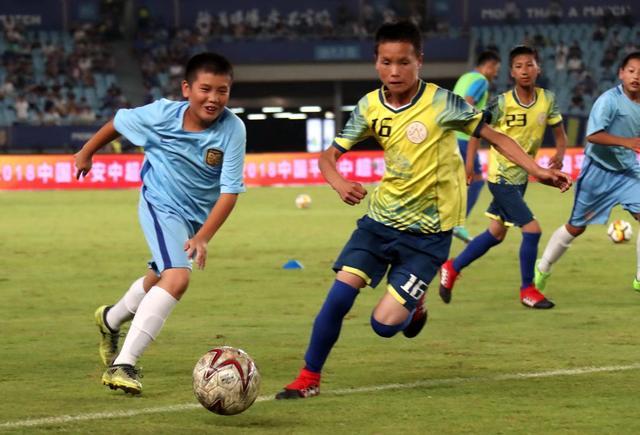2018年7月17日,江蘇蘇寧的一場中超比賽中場時間,瓦吾小學的孩子與蘇寧U13梯隊進行了一場公益足球賽。