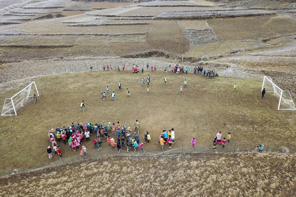 2017年12月30日,曲比史古帶著孩子們在愛心人士捐建的足球場踢球。這一年,瓦吾小學足球隊正式成立。