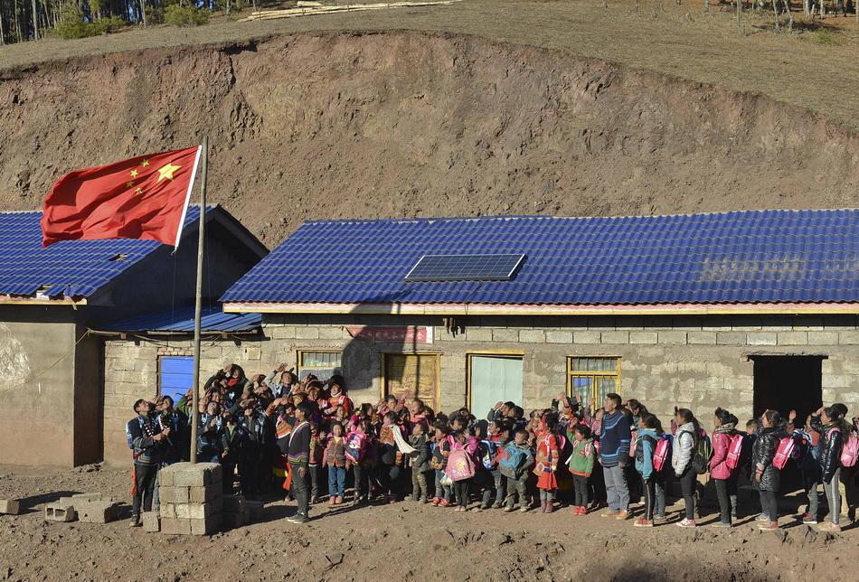 2017年12月31日,曲比史古老師帶著孩子們到舊的磚房學校舉行升旗儀式。