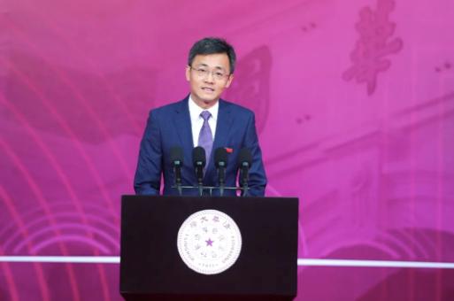梅賜琪作為教師代表發言。 清華大學 供圖
