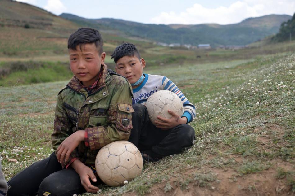 2020年5月,兩名瓦吾小學的足球小將在學校附近的山坡上。他們曾站上中超賽場踢了友誼賽。