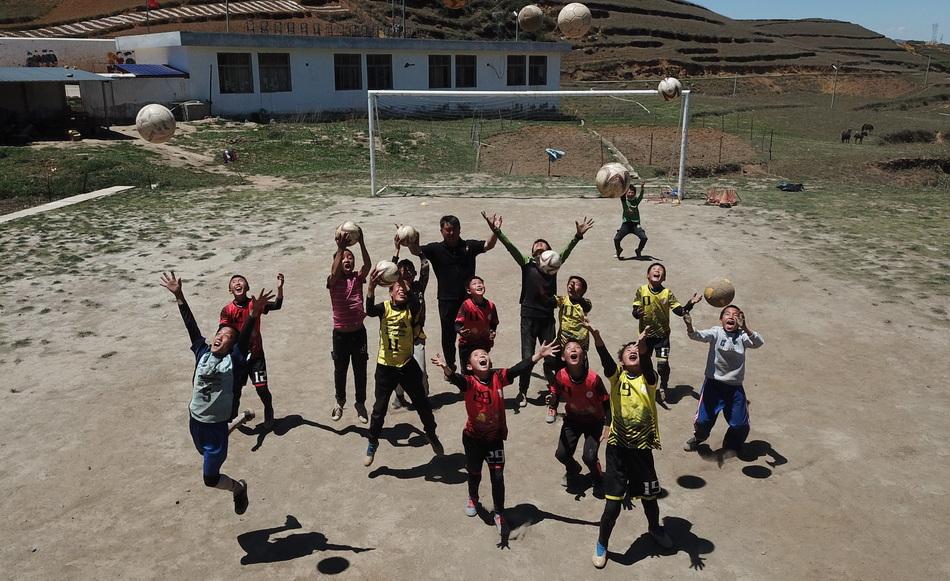 2020年5月,瓦吾小學,孩子們奮力向天空拋起皮球,也拋起了他們的夢想。