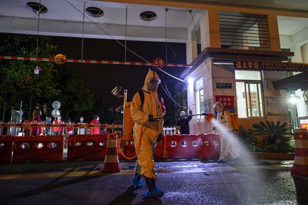 2021年9月3日,上海市祝和苑北區,工作人員在小區外進行解封前最后的消殺工作。