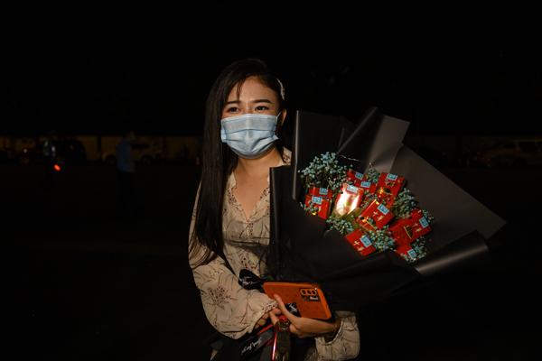 """2021年9月3日,上海市祝和苑北區,貝女士抱著""""花""""等待著男朋友從小區出來。"""