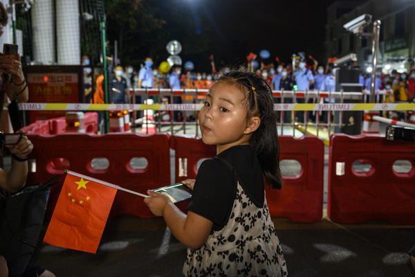 2021年9月3日,上海市祝和苑北區,小朋友在門口等待爸爸走出小區,因為封閉管理,他們已經有半個月沒有見面。