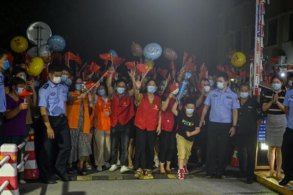 2021年9月4日,上海市祝和苑北區,隨著零點的到來,祝和苑居民迫不及待地走出小區。