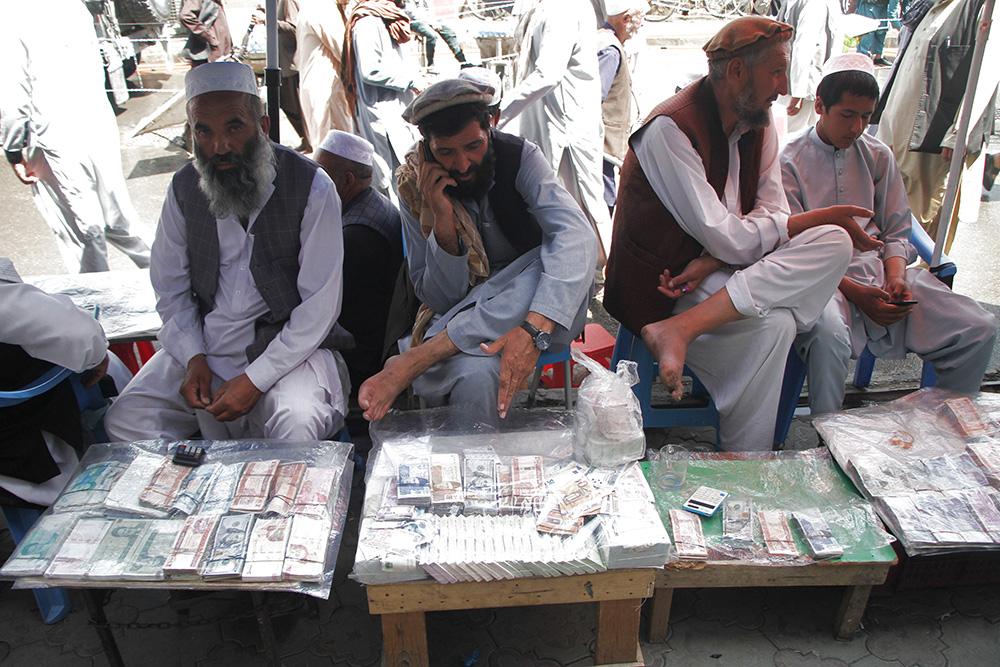 當地時間2021年9月4日,貨幣兌換商人在阿富汗喀布爾一家貨幣交易市場內等待顧客。