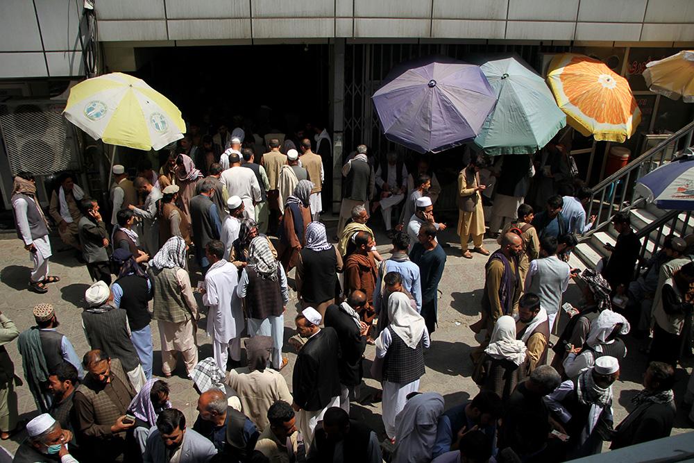 當地時間2021年9月4日,阿富汗人聚集在喀布爾一家貨幣交易市場內。當日,阿富汗喀布爾的主要貨幣交易市場重新營業。