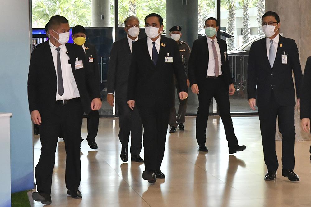 當地時間2021年9月4日,泰國曼谷。泰國副總理巴威·翁素萬(左)和總理巴育抵達議會。泰國總理巴育和五名內閣要員4日在國會的不信任投票中安然過關,反對黨計劃舉行更多示威活動。