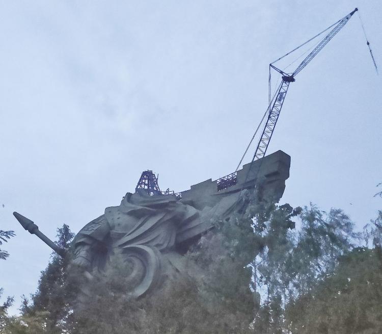 9月4日,關公像已拆解到肩部