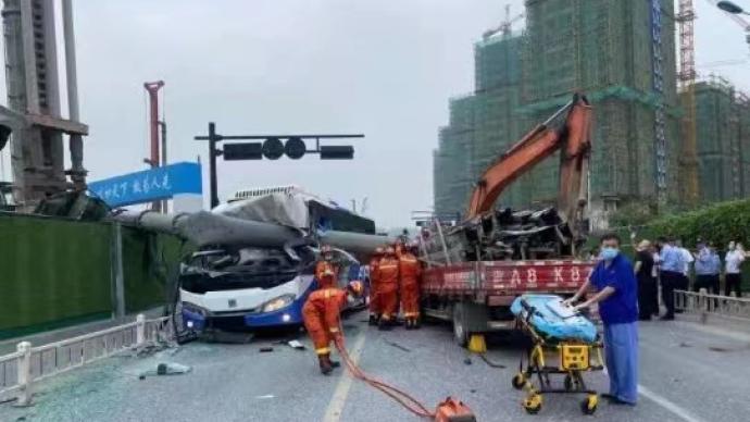 杭州一工地打桩机支撑脚架倾倒,砸中公交车和货车两司机受伤