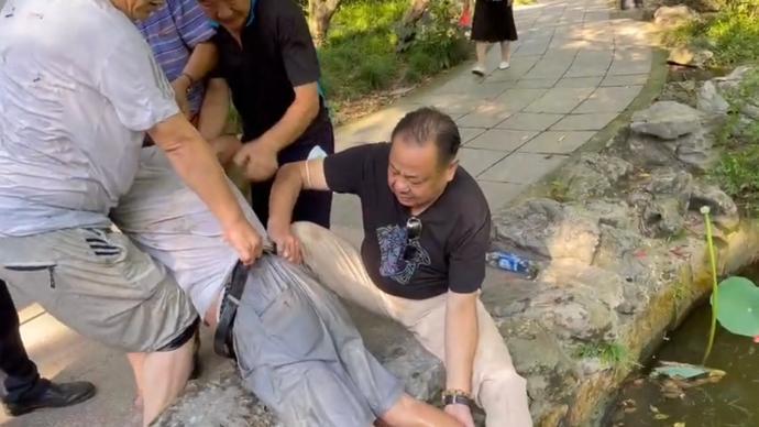 上海人民公園荷花池旁,53歲男子勇救86歲落水老人