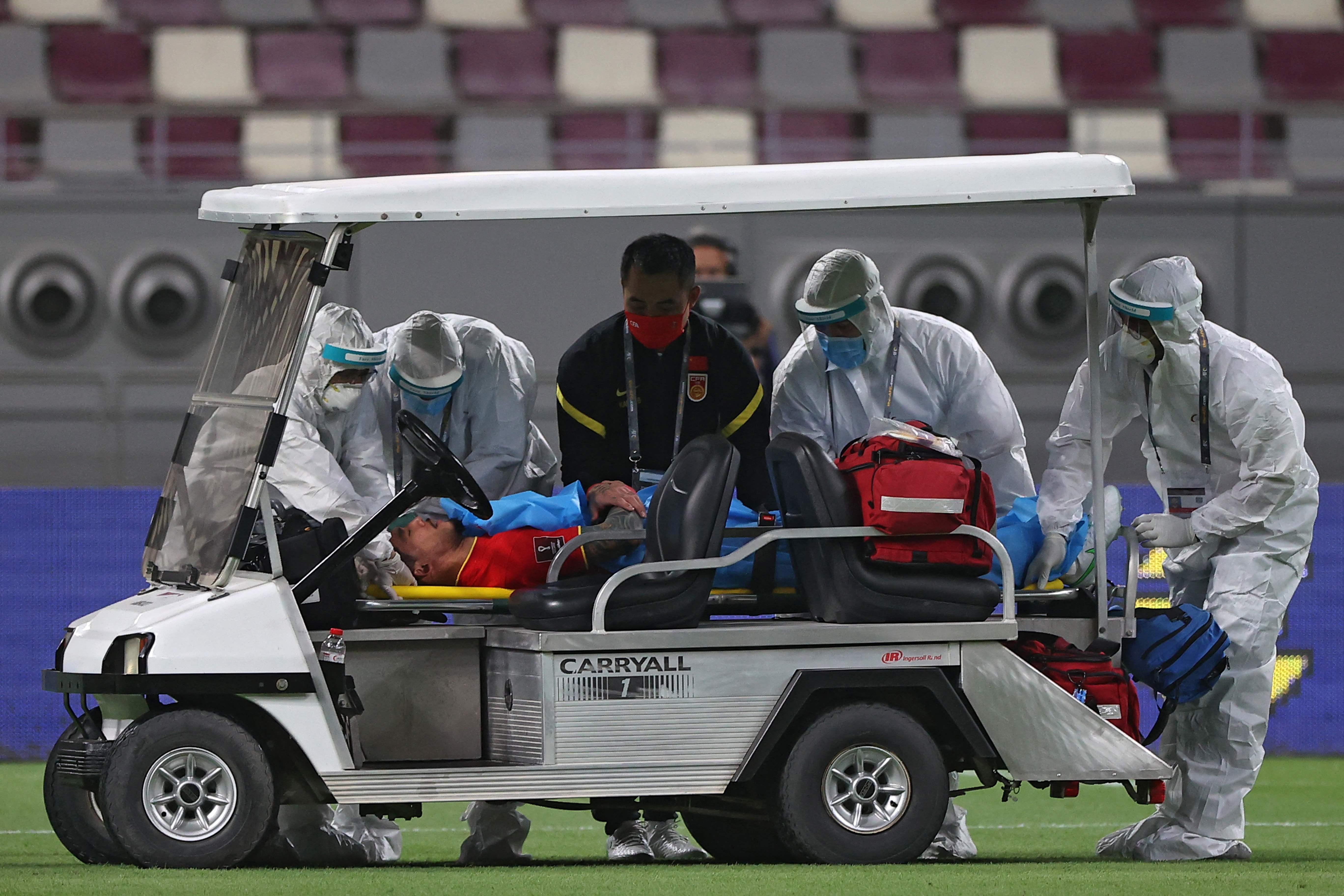 張琳芃被救護車輛送出場外。