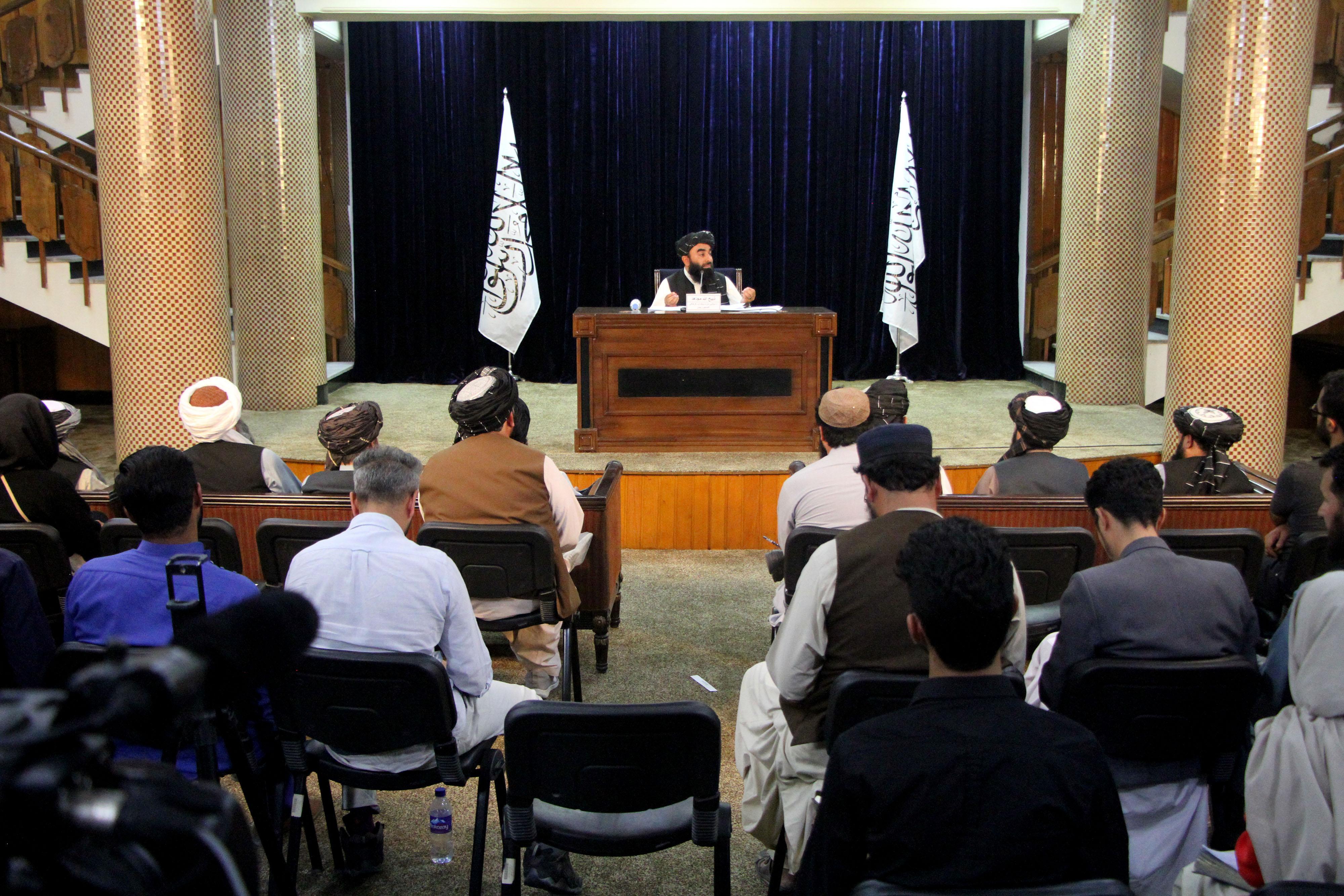 9月7日,阿富汗塔利班发言人穆贾希德在喀布尔出席记者会。当日,阿富汗塔利班发言人穆贾希德在喀布尔举行的记者会上表示,塔利班决定组建临时政府,并公布了临时政府主要成员。新华社 图