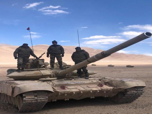 部署高原的印軍T-90S坦克。