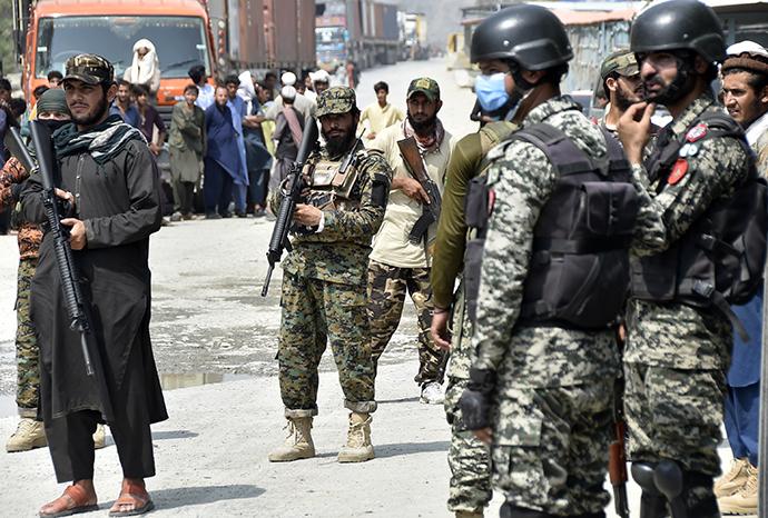 9月5日,巴基斯坦士兵和阿富汗塔利班人員在巴基斯坦與阿富汗的邊境口岸多爾哈姆警戒。新華社 圖