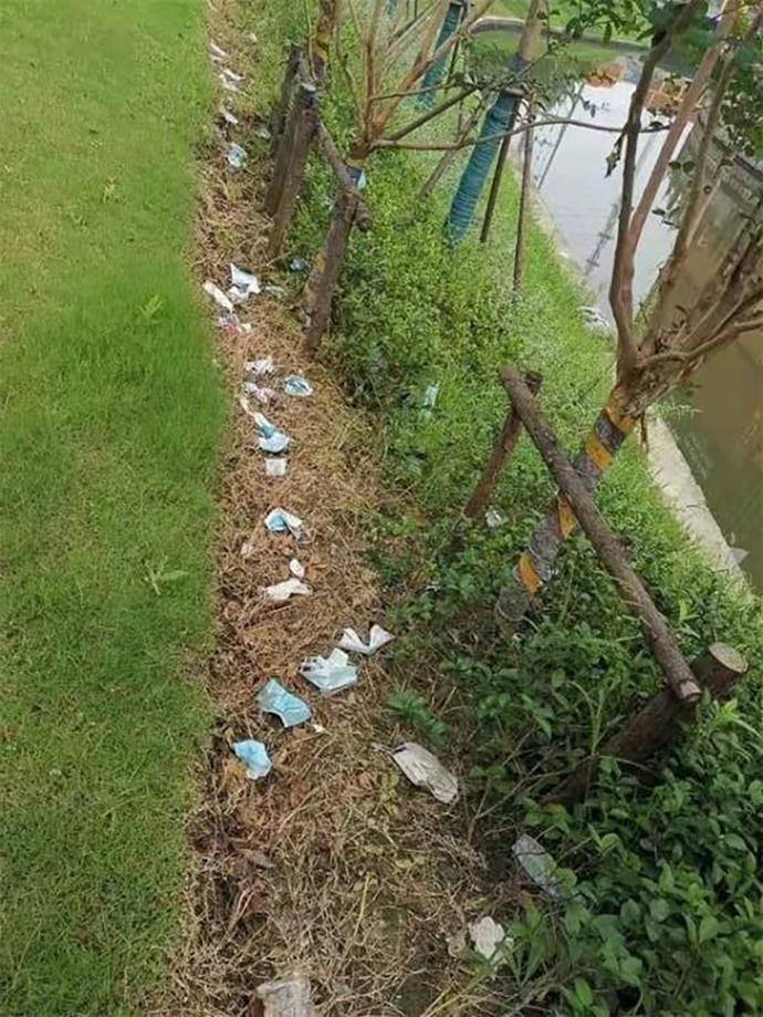 8月,市民刘永龙在地铁站口发现了满地的废弃口罩。 新民晚报图