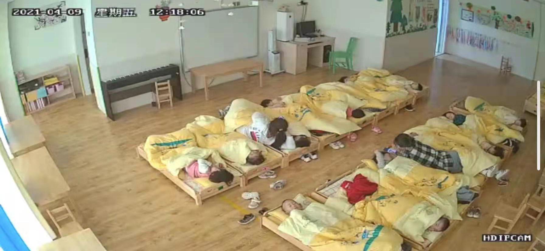 羅歡在監控里看到幾個老師躺在孩子的床上 本文圖片均為受訪者供圖