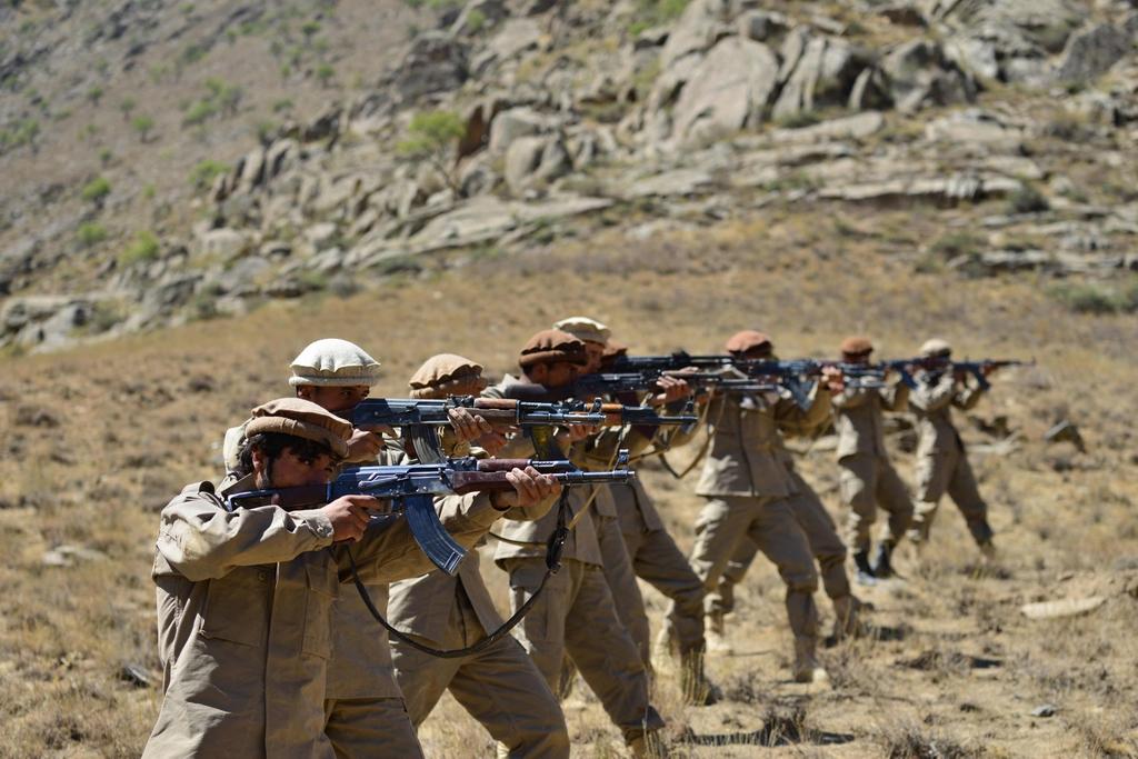 當地時間2021年9月2日,阿富汗潘杰希爾省,反塔利班武裝人員進行軍事訓練。