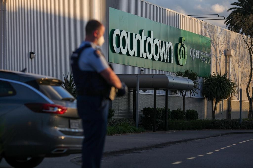 當地時間2021年9月3日,警察在新西蘭奧克蘭發生恐襲的超市外警戒。