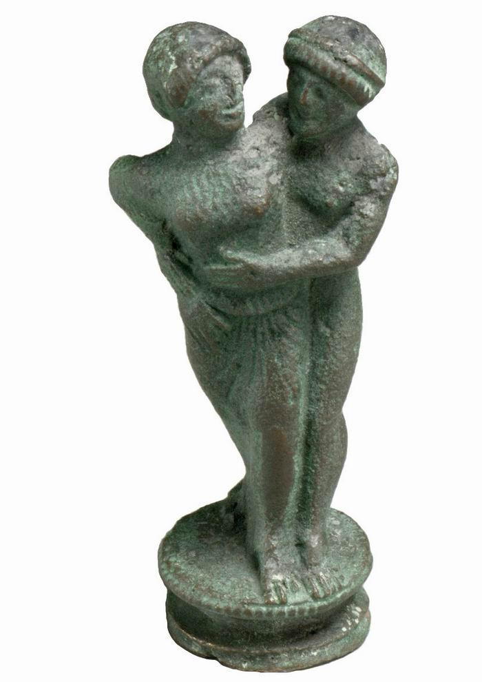公元前5世纪的烛台装饰雕刻了一对正在拥抱的情侣