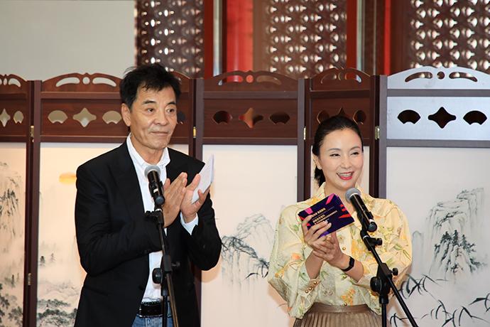 发布会主持人为国家话剧院演员刘威和陶虹