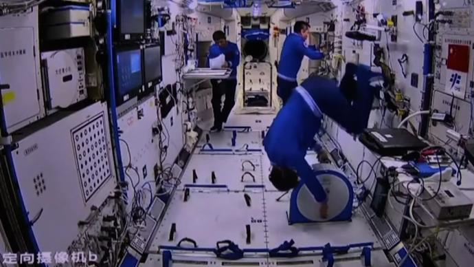 太空中如何锻炼?航天员聂海胜向香港学生展示踩单车、打太极